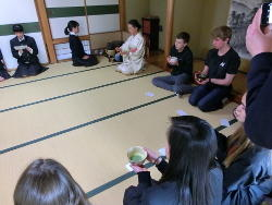 日本の茶道体験 In稲章会館 足がしびれました